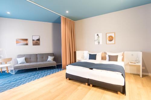 Cama ou camas em um quarto em about:berlin Hotel