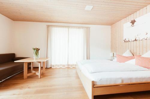 Ein Bett oder Betten in einem Zimmer der Unterkunft Hotel Hubertus Mellau GmbH