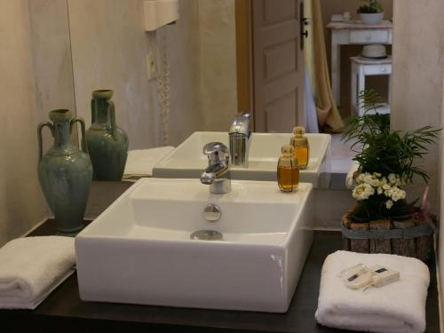 A bathroom at Hotel Les Ambres