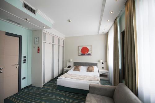 A bed or beds in a room at Kopernikus Hotel Prag
