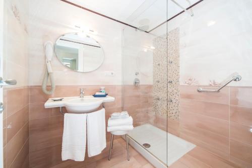 A bathroom at Hotel Sole Splendid