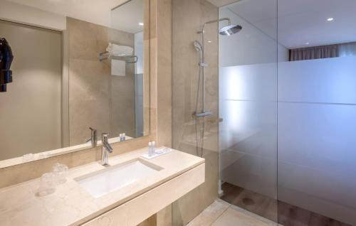 A bathroom at Oporto Airport & Business Hotel