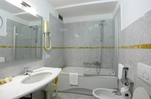 A bathroom at Grand Hotel Duomo
