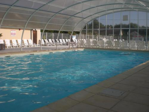 The swimming pool at or near Camping le Royon