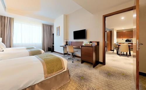 Uma TV ou centro de entretenimento em Holiday Suites Al Aziziah