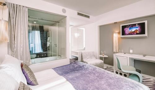 A bed or beds in a room at Hotel Luxe