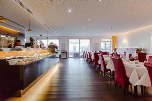 Ein Restaurant oder anderes Speiselokal in der Unterkunft Aqua Aurelia Suitenhotel an den Thermen