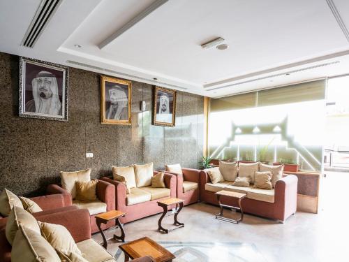 Uma área de estar em OYO 146 Al Asemah Hotel