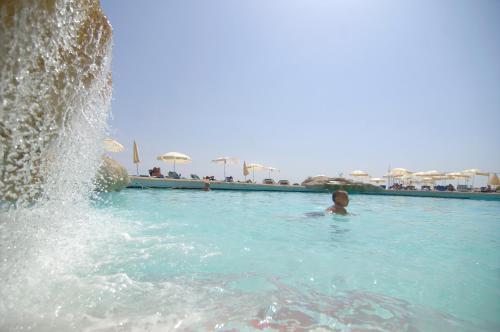 Het zwembad bij of vlak bij The Preluna Hotel