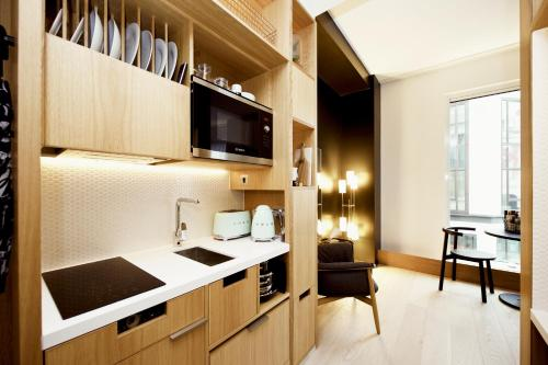 A kitchen or kitchenette at Wilde Aparthotels by Staycity Covent Garden