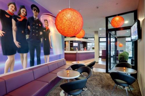 The lounge or bar area at MEININGER Hotel Frankfurt Main / Airport