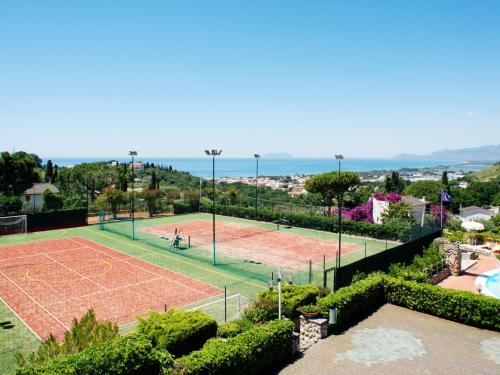 Tennis and/or squash facilities at Locazione Turistica Costa di Kair ed Din-4 or nearby