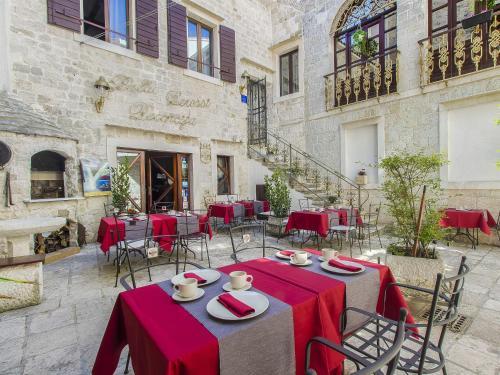 Ein Restaurant oder anderes Speiselokal in der Unterkunft Palace Derossi