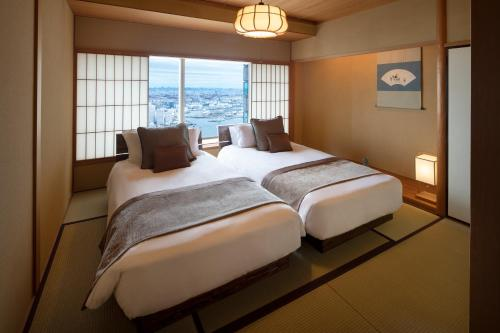 A bed or beds in a room at Yokohama Royal Park Hotel