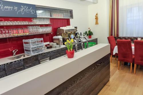 Ein Restaurant oder anderes Speiselokal in der Unterkunft Hotel Hubertus