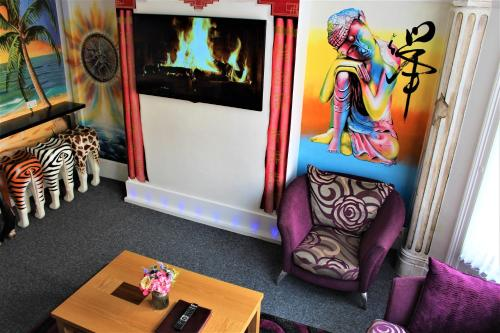 A seating area at Backpackers Blackpool - Family friendly