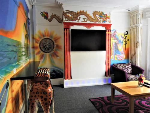 A television and/or entertainment centre at Backpackers Blackpool - Family friendly