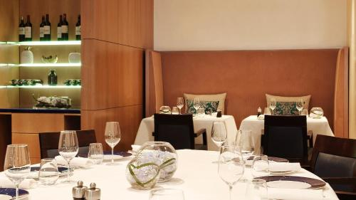 A restaurant or other place to eat at Sheraton Paris Roissy Airport