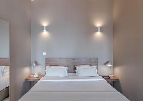 Een bed of bedden in een kamer bij Oporto Street Sá de Noronha - Only Adults