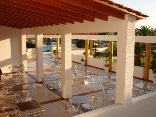 A restaurant or other place to eat at Hotel Tigaki's Star