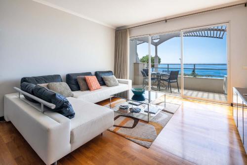 Een zitgedeelte bij Oceanside Terrace Apartment by HR Madeira