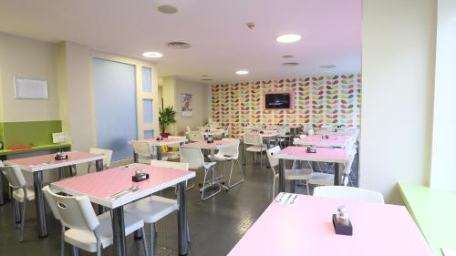 A restaurant or other place to eat at Citrus Hotel Cheltenham by Compass Hospitality