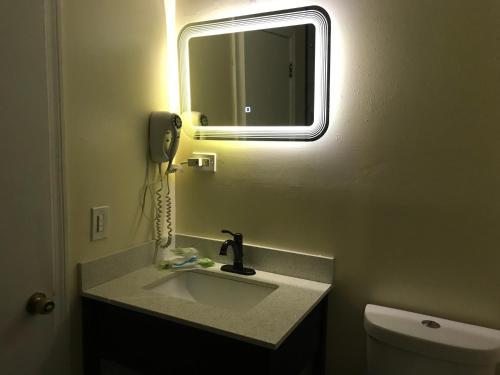 A bathroom at Hamilton Inn Sturbridge