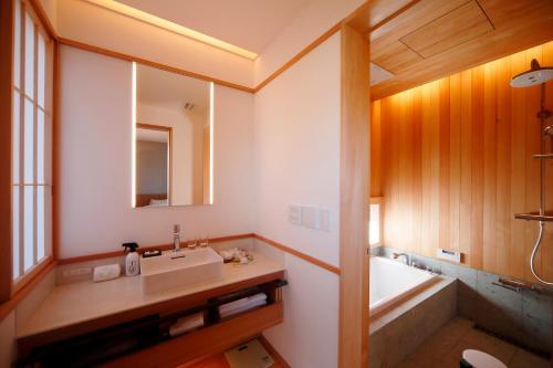 Een badkamer bij Aoi Philosophers Path Villa