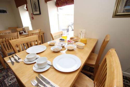 A restaurant or other place to eat at Acorn Guest House