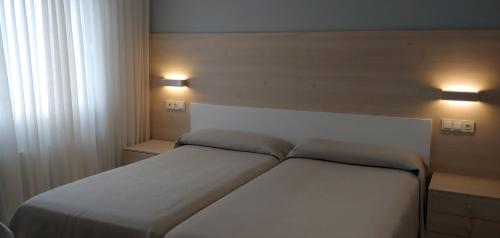 A bed or beds in a room at Hotel Goizalde