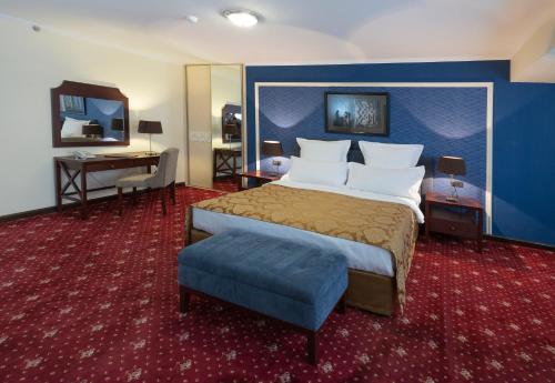 Кровать или кровати в номере Ани Плаза Отель
