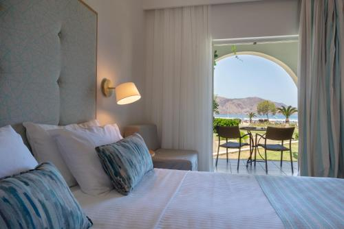 Ένα ή περισσότερα κρεβάτια σε δωμάτιο στο Pilot Beach Resort