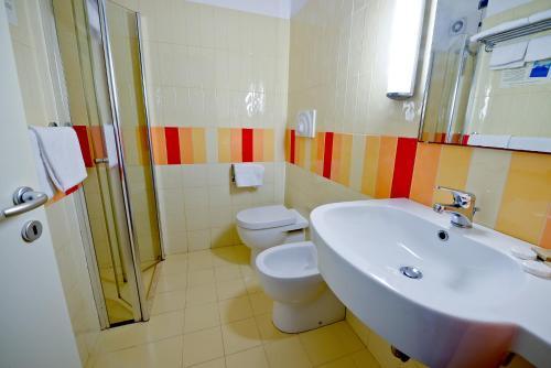 A bathroom at Cala Saracena Resort