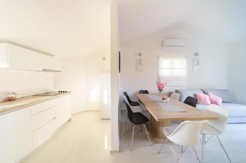 A kitchen or kitchenette at Apartment Carmen