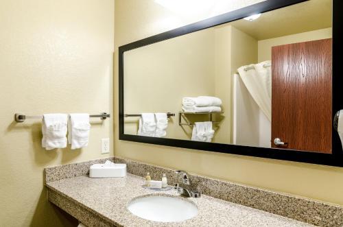 A bathroom at Cobblestone Inn & Suites-Kersey