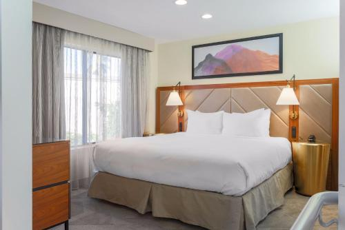 A bed or beds in a room at DoubleTree Suites by Hilton Hotel Sacramento – Rancho Cordova