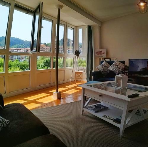 Zona de estar de KosmeEtxea y ArtzaStudio en el Parque de Lamera E BI 727
