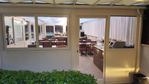 A restaurant or other place to eat at Hotel Best Roma