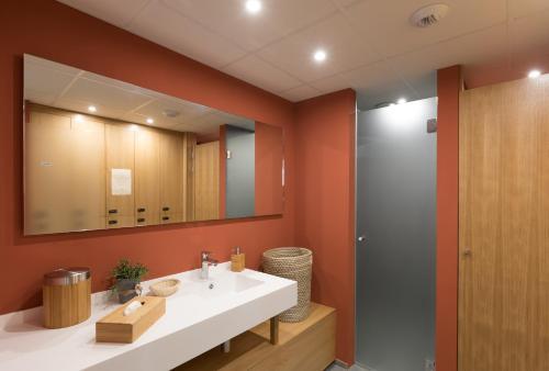 A bathroom at Château d'Isenbourg & SPA