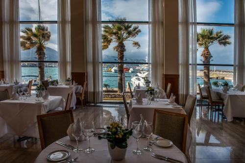 A restaurant or other place to eat at Chios Chandris