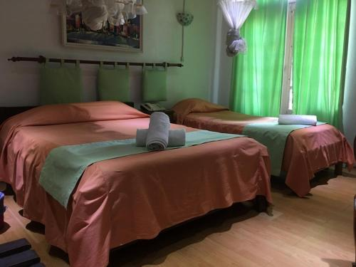 A bed or beds in a room at TANA-JACARANDA