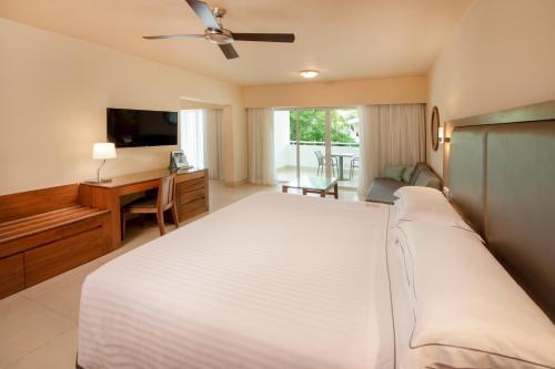 """Een bed of bedden in een kamer bij Occidental Punta Cana - All Inclusive Resort - Barcelo Hotel Group """"Newly Renovated"""""""