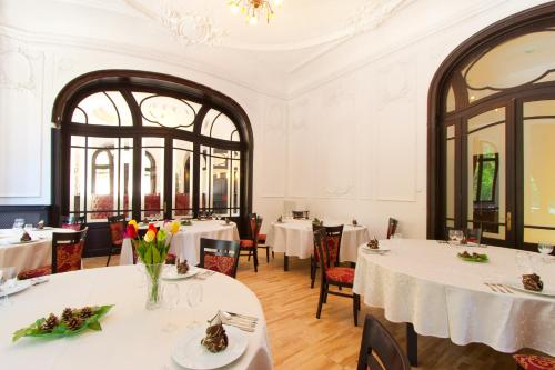 A restaurant or other place to eat at Hotel Palace