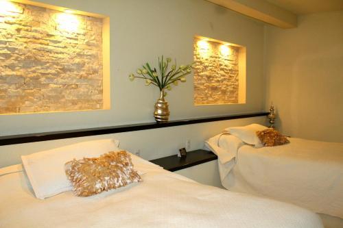 A bed or beds in a room at Posada Los Ahuehuetes