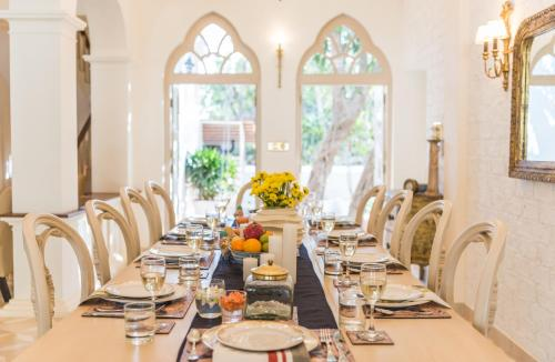 A restaurant or other place to eat at Villa Vivre by Lohono Stays