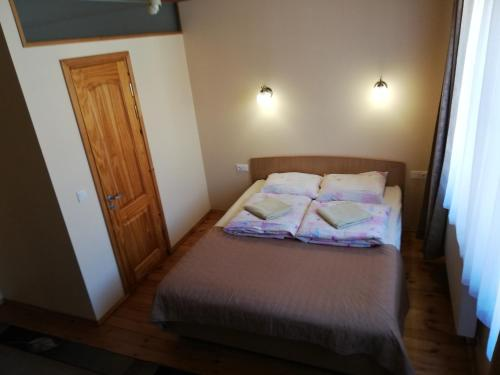 Ein Bett oder Betten in einem Zimmer der Unterkunft Inkliuzas