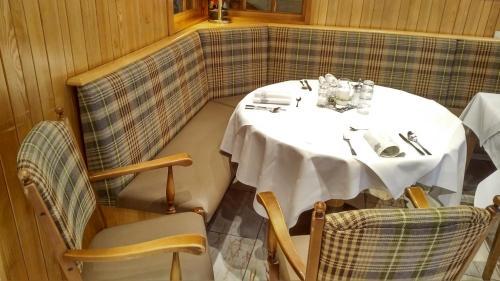 Ein Restaurant oder anderes Speiselokal in der Unterkunft Hotel Löffler
