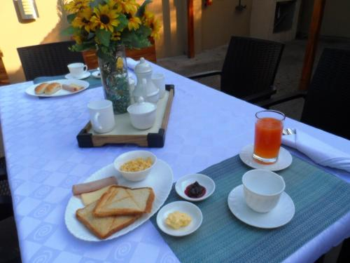 A restaurant or other place to eat at North Star Hostal Guayaquil