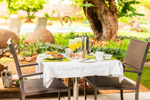 A restaurant or other place to eat at Biweda Nguni Lodge and B&B