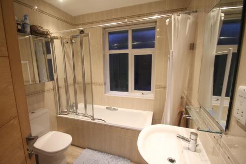 A bathroom at Oak Tree